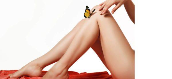 Glatte und Schöne Beine ohne Haare, die dauerhaft entfernt wurden.