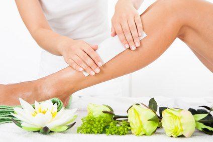 Enthaarung durch Waxing und Peeling für die Haut